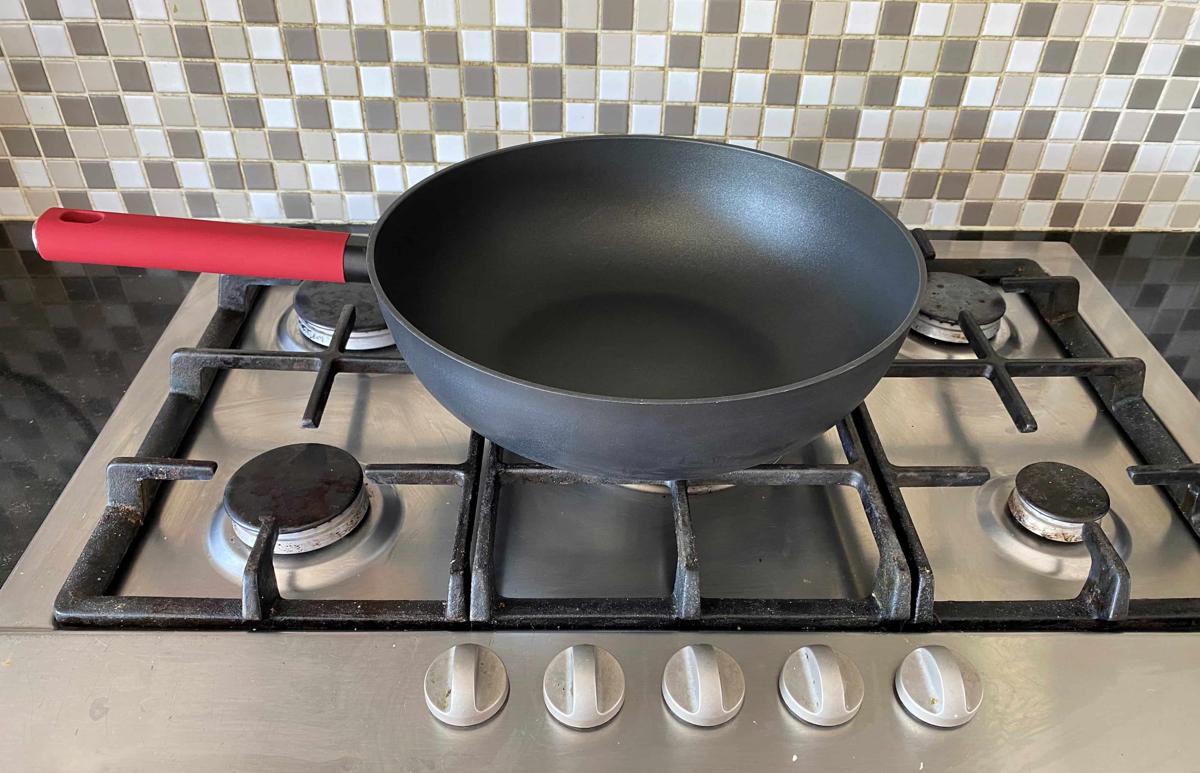 4goodz Aluminium Wokpan met siliconen handvat 30 cm - zwart/rood