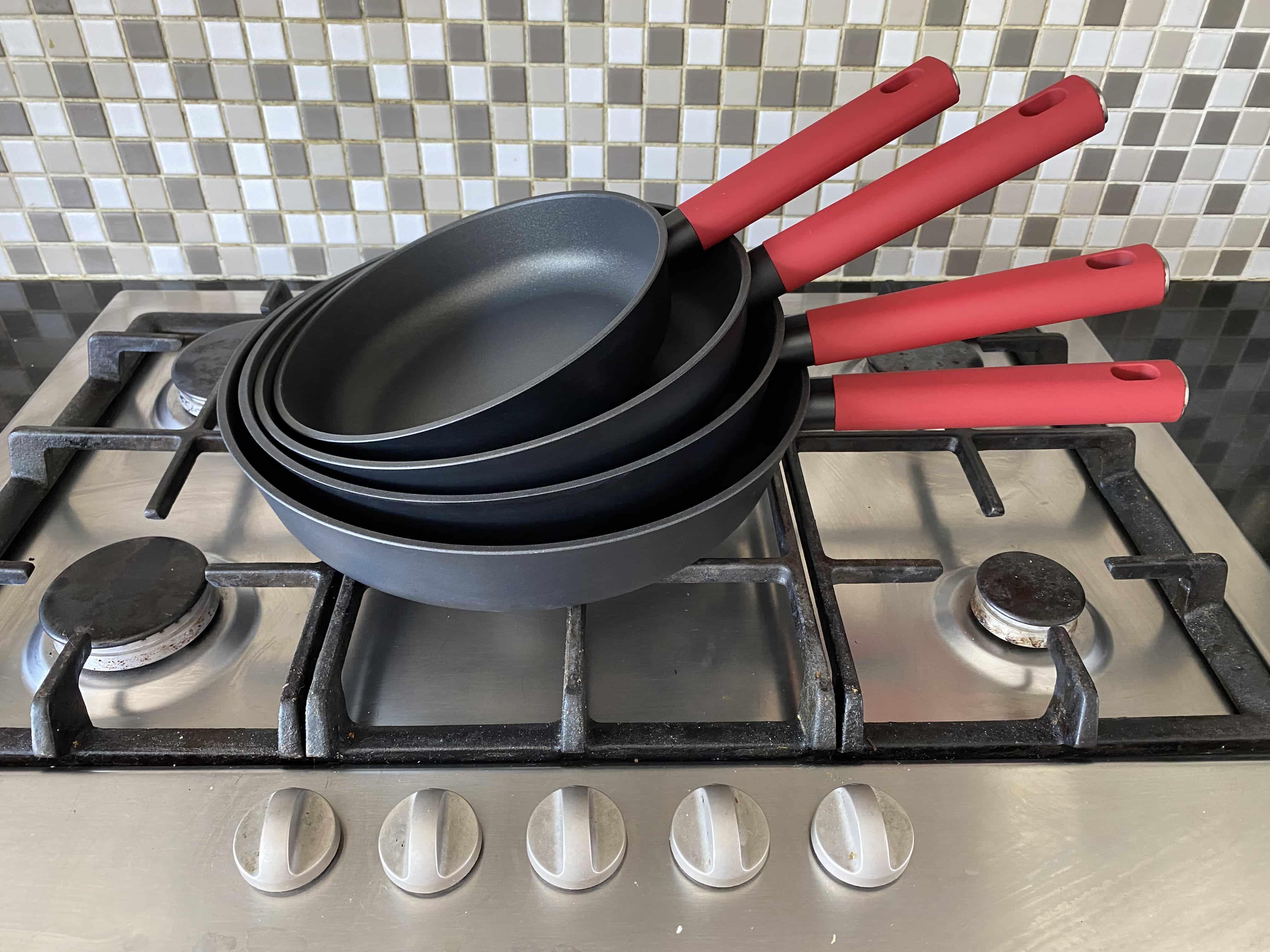 4goodz Aluminium Koekenpan met siliconen handvat 24 cm - zwart/rood